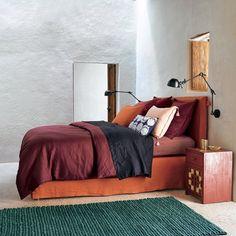 Parure de lit rouge pour une chambre ethnique chic/ AMPM/ bedroom/ bed