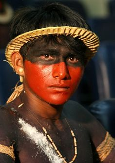 This image displays the target age for Demetrius as a young, tribesman of higher social status. The social status is symbolized by his modest headpiece and body paint. My People, People Around The World, Brazil People, Xingu, Indigenous Tribes, Tribal People, Amazon Rainforest, Model Face, Native Indian