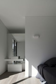 Image 15 of 21 from gallery of Comporta House / RRJ Arquitectos. Photograph by Fernando Guerra Bathroom Interior Design, Interior Decorating, Decorating Ideas, Concrete Houses, Villa, Cool Rooms, Modern Bedroom, Master Bedroom, Bathroom Inspiration
