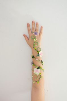 Spring Fairy Arm Cuff bridal jewelry by Frecklesfairychest on Etsy Poison Ivy Cosplay, Poison Ivy Costumes, Halloween Kostüm, Halloween Costumes, Accessoires Photo, Spring Fairy, Fantasias Halloween, Maquillage Halloween, Fairy Dress