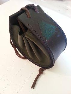 Porta níquel feito com dois tipos de couro e com marcação a mão.