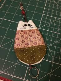 Resultado de imagem para molde de esconde chaves Key Bag, Key Pouch, Fabric Crafts, Sewing Crafts, Sewing Projects, Hobbies And Crafts, Fun Crafts, Cute Keychain, Keychains