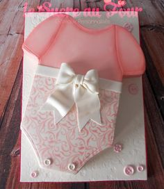 Onesie cake for a baby shower-Le sucre au four Gateau Baby Shower, Baby Shower Desserts, Girl Baby Shower Decorations, Baby Shower Parties, Baby Shower Themes, Shower Bebe, Girl Shower, Onesie Cake, Baby Shower Sheet Cakes