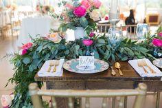 piatti e posate d'epoca aggiungono un tocco unico e personale a questo matrimonio estivo.  Via Fête Nashville