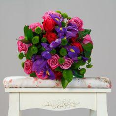 Feminitate aprinsă. Buchet mixt cu 24 de flori cu trandafiri roz, iriși mov, trandafiri roșii și santini verde Buchete Trandafiri Roz