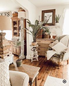 A Shabby Chic Living Room – Decorating On a Budget – Shabby Chic Talk French Country Rug, French Country Decorating, Home Living Room, Living Room Decor, Dining Room, Casas Country, Estilo Country, French Home Decor, Vintage French Decor