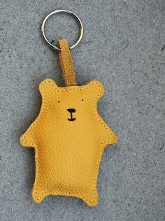 Schlüsselanhänger aus echtem Leder. Mit gestickten Details und mit Wolle gefüllt.    Kleiner senfgelber Bär zum Aufmotzen deines Schlüsselbundes. Dami