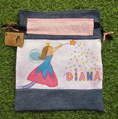 Talega o bolsa de desayuno hecha en Casa Azul,  pintada a mano y confeccionada con materiales reutilizados (telas y cordones de viejas prendas).