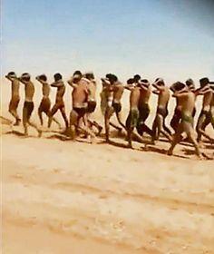 Etwa 300 gefangene syrische Regierungssoldaten werden durch die Wüste getrieben