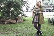 Saco impermeable bien largo, maxi cárdigan gris, vestido mangas cortas con corte en la cintura y falda evasé, con estampado de trama en varios colores de Wanama