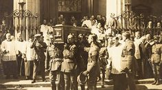 Coffin Of Michael Collins Being Carried From The Pro-Cathedral In Dublin Pall Bearers Include Liam Tobin Tom Cullen Leo Ahern Charlie Dalton Sean O'Connell Joe Dolan Joe O'Reilly Charles Byrne And Joe Hyland. Sean O'connell, Premature Burial, Graveyard Shift, Michael Collins, Historical Pictures, Life Photo, Ireland Travel, Victorian Era, Dublin