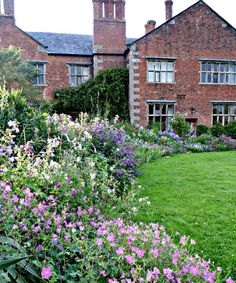 10 Ideas to Steal from English Cottage Gardens - Gardenista Cottage Garden Sheds, Cottage Garden Borders, Cottage Garden Design, Garden Care, Farm Gardens, Outdoor Gardens, English Gardens, Small English Garden, English Garden Design