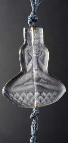 René Lalique - A rare Art Deco moulded and patinated glass pendant. Mould No.1450. Model created in 1920, illustrated in the 1928 catalogue, deleted from the catalogue in 1930, and not produced after 1947. Length 5.2cm. #Lalique #ArtDeco #pendant