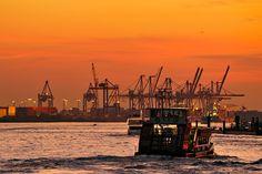 diese besonderen Stimmungen....  Hamburg-Hafen: http://www.bilderwerk-hamburg.de/category/hamburg-motive/hamburg-hafen/