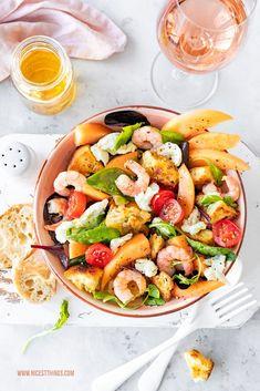 Brotsalat Rezept Panzanella mit Cantaloupe-Melone, Garnelen und Burrata #brotsalat #panzanella #melone #burrata #garnelen #salatrezepte #myprovencemoment #letsstayrosé #wellalwayshaveprovence #vinsdeprovence #roséwein #provence Pasta Salad, Cobb Salad, Food Photography Props, Recipe For Mom, Chef Recipes, Canapes, Saveur, Easy Meals, Recipes