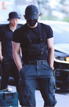 Did you see MONSTA X's Wonho at the airport yesterday? Korean Boys Hot, Korean Men, Asian Men, Mode Streetwear, Streetwear Fashion, Mode Cyberpunk, Cyberpunk Fashion, Monsta X Shownu, Kihyun