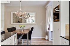 Witte spiegel boven eettafel