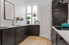 Scandinavian apartmentFollow Gravity Home: Blog - Instagram -... Gravity Home, Scandinavian Apartment, Decorating Blogs, Beautiful Homes, Kitchen Cabinets, Shelves, Living Room, Interior Design, Modern