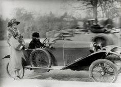 Jacques-Henri LARTIGUE :: Bibi dans son Manteau de Poiret, Paris, 1922
