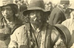 The history of the Roma is one of continuous struggle and persecution. Since their entry into Europe, the Roma have been outlawed, enslave. Gypsy Life, Gypsy Soul, Gypsy People, Gypsy Costume, Modern Gypsy, Dark Men, Gypsy Caravan, Still Life Photos, Belly Dancers