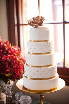 Fall wedding cake using white and gold colors #autumn #wedding