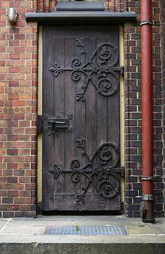 Hinged door in Hamburg, Germany Beautiful Front Doors, Unique Doors, Old Wooden Doors, Rustic Doors, Door Hinges, Door Knockers, Door Knobs, Classic Doors, Wooden Door Design
