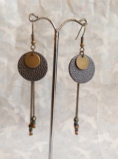 Boucles doreilles cuir gris irisé, rondes, graphiques sequin, chaîne bronze et perles - Fait main Diy Leather Earrings, Leather Jewelry, Beaded Earrings, Wire Jewelry, Jewelry Crafts, Beaded Jewelry, Chain Earrings, Jewellery, Brown Earrings