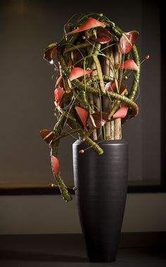 Valentijn Sneek- another fabulous flower arrangement, perfect for Thanksgiving or throughout autumn, or a modern design for a minalmalist interior