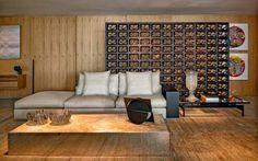 O sofá com pufe Groundpiece é assinado por Antonio Citterio para a Flexform (Casual). Sobre a mesa de centro com base de aço inox (Mendes Estruturas) e tampo de ônix (MG Mármores), escultura de Franz Weissmann (AM Galeria de arte). Mesa lateral da São Romão e tapete de fibra de hemp da Marie Camille.