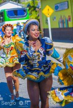 A curvy Caporales girl on parade - Here we have a small glimpse at her tight-fitting blue panties! South American Girls, American Girl Dress, Carnival Girl, Beautiful People, Beautiful Women, Exotic Dance, Hot Dress, Showgirls, Samba