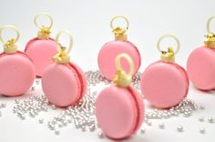 macaron with cranberry ganache, white chocolate, and edible gold. link to a macaron recipe there, too. No instructions for working with the chocolate. Christmas Sweets, Pink Christmas, Christmas Baking, Christmas Cookies, Christmas Holidays, Christmas Ornaments, Christmas Decorations, Macarons Christmas, Xmas Baubles