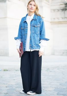 How to wear nike with jeans denim jackets 26 Ideas for 2019 Basic Fashion, Fashion Week, Style Fashion, Lingerie Lindas, Oversized Denim Jacket Outfit, Striped Wide Leg Trousers, Navy Blue Midi Dress, Black And White Sneakers, Cowboys