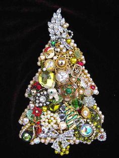 Buon Natale Vintage Jewelry Christmas Tree by ArtCreationsByCJ. I make custom Christmas Tress. Please contact me if interested. Jewelry Wall, Jewelry Tree, Old Jewelry, Jewelry Boards, Jewelry Ideas, How To Make Christmas Tree, Jewelry Christmas Tree, Christmas Trees, Christmas Decorations