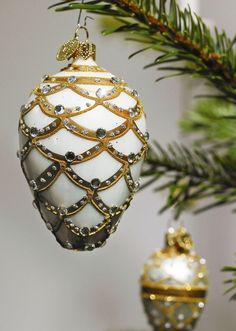 Diamond-shaped Christmas ornament for the Christmas tree in gold and silver.