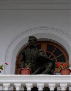 Estatua del Mariscal Antonio Jose de Sucre en uno de los balcones del Teatro Sucre en Quito