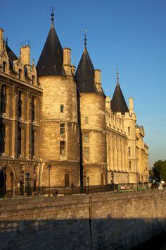 Conciergerie - Paris - France Conciergerie Paris, Beautiful Places To Visit, Paris France, Barcelona Cathedral, Places Ive Been, Building, Travel, Photos, Beauty