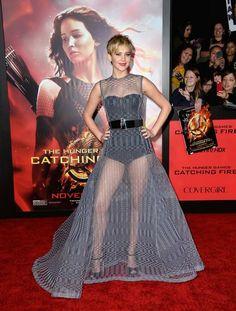 Jennifer Lawrence usa vestido transparente em première de Jogos Vorazes