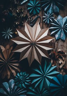 DIY - How to make paper stars - Call Me Cupcake - Geschenk Basteln Diy Christmas Snowflakes, Homemade Christmas Decorations, 3d Christmas, Christmas Origami, Simple Christmas, Christmas Ornaments, Xmas, Christmas Ideas, Christmas Paper Crafts