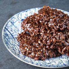 Macarons au chocolat et à la noix de coco— Recette de Mme Christiane Tremblay, mère de Johanne Gaudreault. «C'était toujours la fête quand ma mère préparait ses macarons à la noix de coco! C'est aujourd'hui à mon tour de faire cette recette pour mes enfants, et ils sont toujours heureux de voir arriver ces délicieuses friandises sur la table.» Johanne Gaudreault