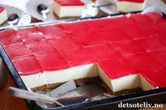 Hei, Jeg har lenge tenkt på å lage en klassisk Ostekake med gelélokk i langpanne og nå har jeg endelig testet det ut. DET BLE KJEMPEVELLYKKET! Jeg fikk 35 store ostekakestykker av denne oppskriften, så dette er en ideell kake å lage dersom du skal ha selskap. Pynt med noen friske bringebær, jordbær og blåbær, og du har en super kake til 17. mai! Raw Food Recipes, Cake Recipes, Norwegian Food, Yummy Cakes, Summer Recipes, Cookie Dough, Chocolate Cake, Breakfast Recipes, Cheesecake