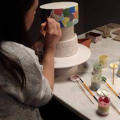 Mayco sıraltı boyalarını karıştırıp ara renkler yapabilirsiniz, suluboya gibi sulandırarak çalışabilirsiniz. Bisküvi pişirimi yapılmış… Cake, Desserts, Food, Atelier, Tailgate Desserts, Deserts, Kuchen, Essen, Postres