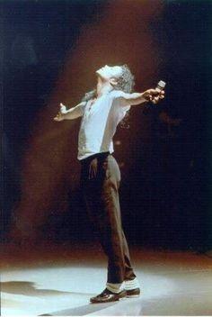 """""""Dar o melhor de mim, por meio do canto, da dança e da música. Quero dizer com isso que tenho um compromisso com a minha arte. Acredito que todas as artes têm como meta a união do material com o espiritual, do humano com o divino. Acredito que essa é a razão para a própria existência da arte. E sinto que fui escolhido por Deus como um instrumento para oferecer música, amor e harmonia ao mundo."""" -Michael Jackson"""