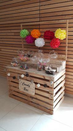 DIY Candy bar construit avec des palettes et orné de pompons en papier crépon coloré, succès garanti !