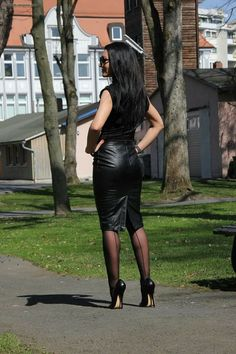 Pantyhose Outfits, Pantyhose Heels, Pencil Skirt Outfits, Pencil Skirts, Fetish Fashion, Leather Dresses, Leather Skirts, Stunning Women, Sexy High Heels