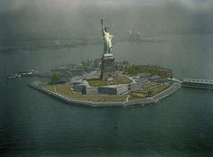 This photo of the Statue of Liberty appeared in a 1930 National Geographic article that featured the first successful aerial color photos. The photographer used Finlay, a process that required a shorter exposure than autochrome. National Geographic Society, National Geographic Photos, Oh The Places You'll Go, Places To Visit, Anniversary Pictures, Historical Images, Great Photos, Amazing Photos, Aerial View