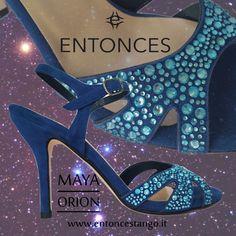 Modello Maya nero/corallo: il comfort e l'eleganza. Pianta regular, calzata comoda  Camoscio blu mare, cristalli azzurro cielo ottima vestibilità  Tacco 7 ,8,9  Suola cuoio pomiciato. Disponibile su ordinazione.