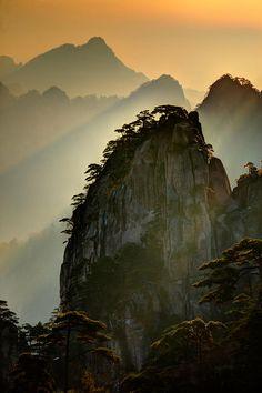 Las montes Huang o Huangshan, son una cadena de montañas situadas al sur de la provincia china de Anhui. Desde el año 1990 está considerada como Patrimonio de la Humanidad por la Unesco. La zona es conocida por la belleza de sus picos de granito, por sus bosques de coníferas y por la vista que ofrecen las nubes en lo alto. Las montañas han servido de modelo a numerosos pintores.