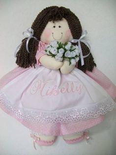 Boneca de pano para porta maternidade, com nome bordado no vestido. Boneca confeccionada com enchimento anti alergico etecido 100% algodão. R$ 90,00