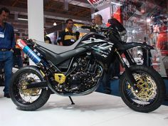 Exceptional custom motorcycles photos are offered on our site. Have a look and you wont be sorry you did. Custom Motorcycles, Custom Bikes, Yamaha Xt 600, Ducati Hypermotard, Scooter Custom, Motorcycle Logo, Photo Background Images, Cbr, Motocross