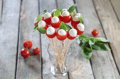 Hübscher Tomaten-Mozzarella-Blumenstrauß Tapas Recipes, Appetizer Recipes, Snack Recipes, Appetizers, Party Finger Foods, Party Snacks, Cowboy Beans, Vegetable Design, Party Food Platters